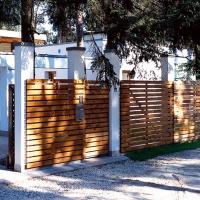 Деревянный забор с односторонней зашивкой