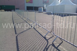 Переносные металлические дорожные ограждения (фан-барьеры)